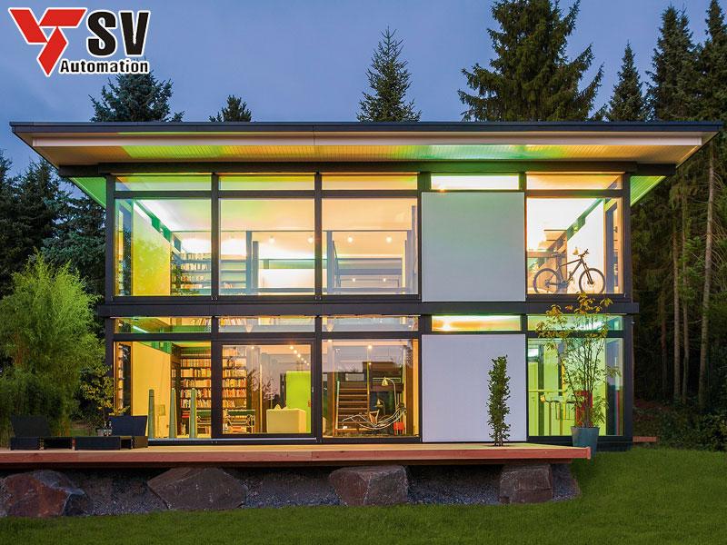 Mẫu nhà thép tiền chế dân dụng hình hộp kết hợp với các tấm ốp kính vừa hứng sáng tốt lại tạo cảm giác rộng rãi cho không gian căn nhà của bạn
