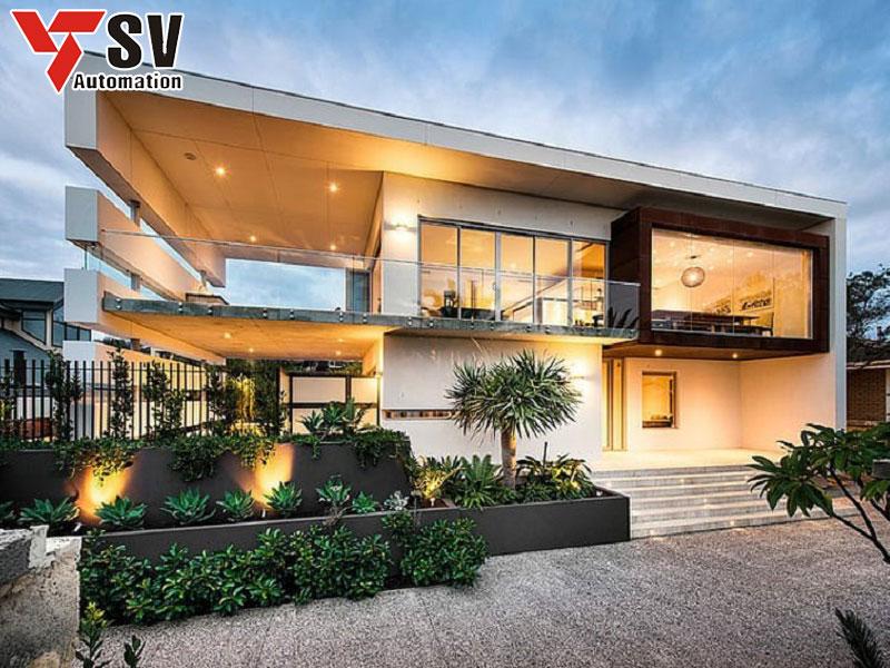 Mẫu nhà thép tiền chế 2 tầng ốp kính vừa hứng nắng vừa tăng tính thẩm mỹ, sang trọng cho tổng thể kiến trúc ngôi nhà