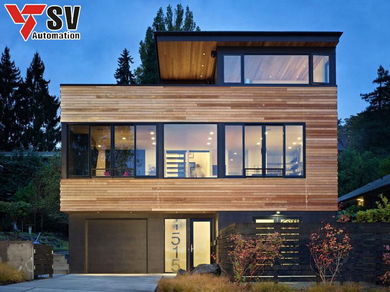 Mẫu nhà thép tiền chế 2 tầng kết hợp độc đáo giữa khung thép và tấm ốp gỗ cùng kính tạo vẻ đẹp sang trọng, khẳng định đẳng cấp cho gia chủ