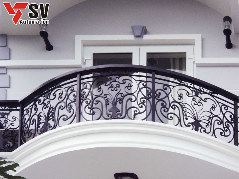 Mẫu lan can Sắt được gia công Laser tỉ mỉ với những họa tiết uốn lượn đẹp mắt, màu đen của lan can nổi bật trên tông màu trắng chủ đạo của sơn nhà giúp tôn vinh nét sang trọng cho tổng thể kiến trúc