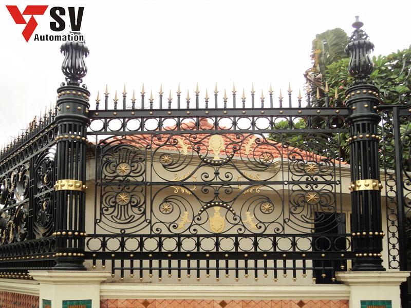 Mẫu hàng rào Sắt được cắt bằng Laser vô cùng tinh xảo với màu đen chủ đạo và các chi tiết màu vàng tạo điểm nhấn sang trọng cho khoảng không gian của bạn
