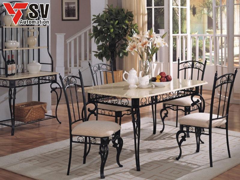 Mẫu 8: Bộ bàn ghế kim loại với các hoa văn nhỏ tạo cảm giác nhẹ nhàng, mặt bàn vuông được bo tròn các cạnh tạo cảm giác quây quần cho các thành viên trong bữa ăn