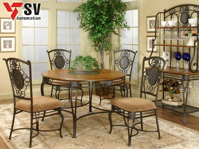 Mẫu 9: Bộ bàn ghế ăn kim loại mang phong cách cổ điển Bắc Âu, phù hợp với kệ để ly chén, tạo điểm nhấn cho tổng thể kiến trúc của ngôi nhà