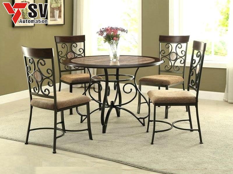 Mẫu 10: Bộ bàn ghế ăn kim loại được kết hợp tỉ mỉ cùng chất liệu gỗ, phù hợp cho những gia chủ có mệnh Mộc, vừa tạo điểm nhấn vừa mang ý nghĩa hưng thịnh