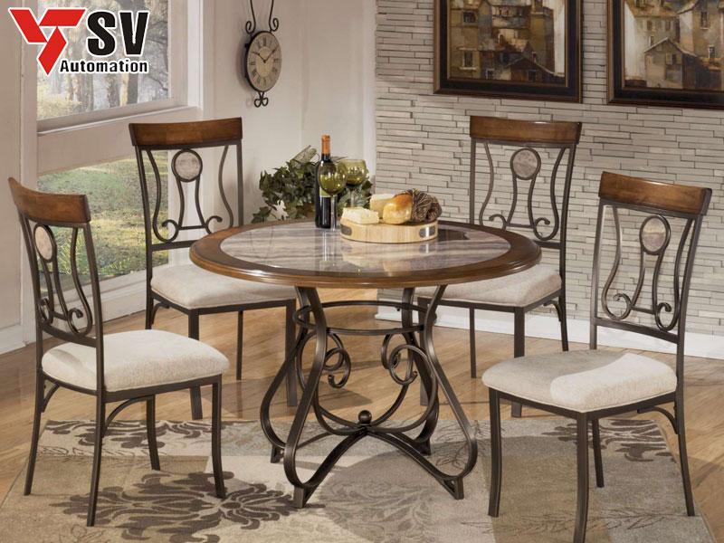 Mẫu 3: Bộ bàn ăn ghế kim loại nổi bật với họa tiết uốn cong đồng bộ giữa chân bàn và lưng tựa ghế