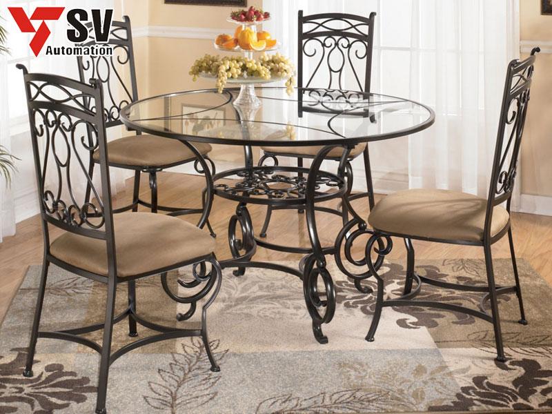 Mẫu 4: Bộ bàn ghế ăn kim loại được cắt Laser tinh xảo + phủ sơn đen để tiệp màu và dễ dàng phối cùng thảm trải sàn, các món đồ trang trí khác