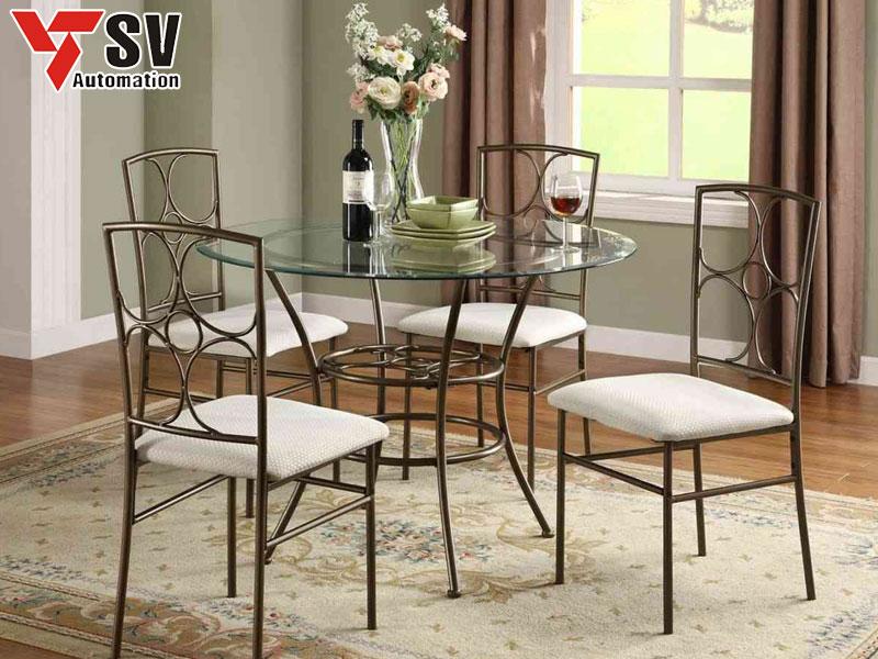 Mẫu 5: Bộ bàn ghế kim loại với họa tiết đơn giản hình bông hoa 4 cánh. Mẫu bàn này phù hợp với những ngôi nhà có diện tích nhỏ hoặc gia chủ yêu thích sự giản dị