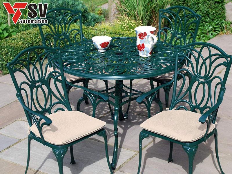 Mẫu bàn ghế sân vườn Sắt được sơn phủ màu xanh cho phù hợp nhu cầu của gia chủ