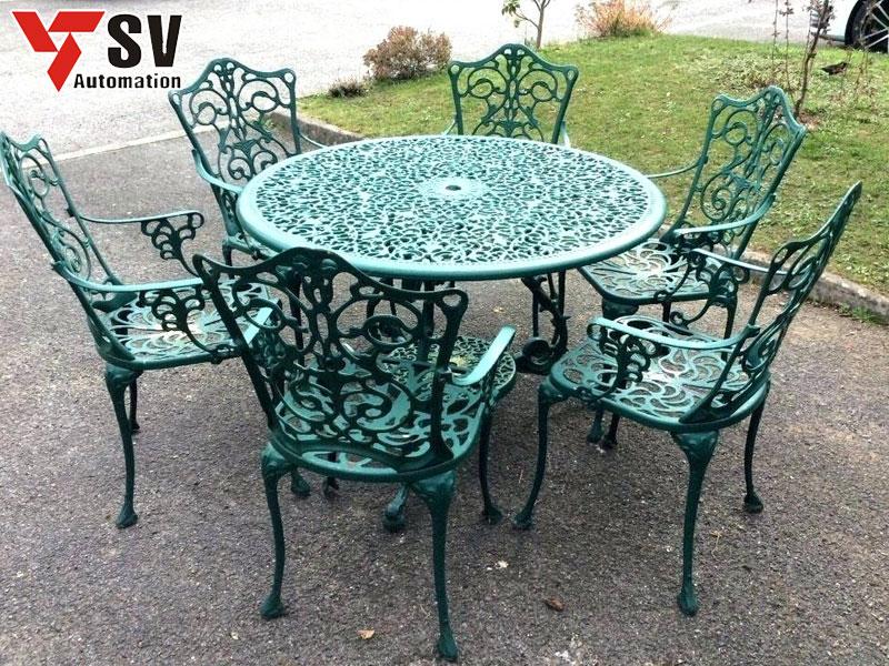 Mẫu bàn ghế sân vườn kim loại được sơn màu xanh