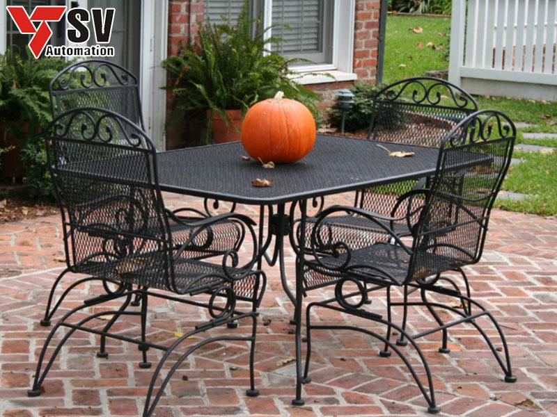 Mẫu bàn ghế sân vườn bằng Sắt được cắt Laser và phủ sơn đen giúp tiết kiệm thời gian vệ sinh của bạn