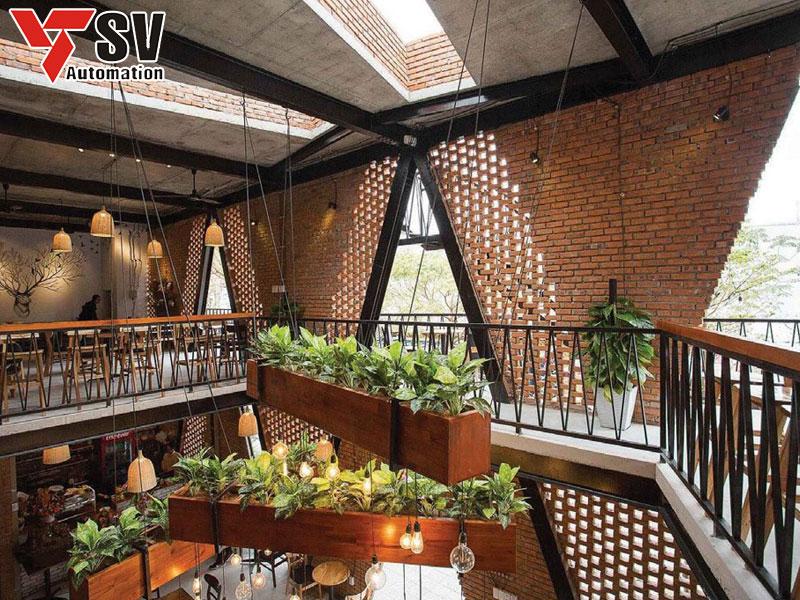 Mẫu quán cà phê thép tiền chế kết hợp cùng gạch giúp không gian thoáng mát và hứng sách tốt hơn