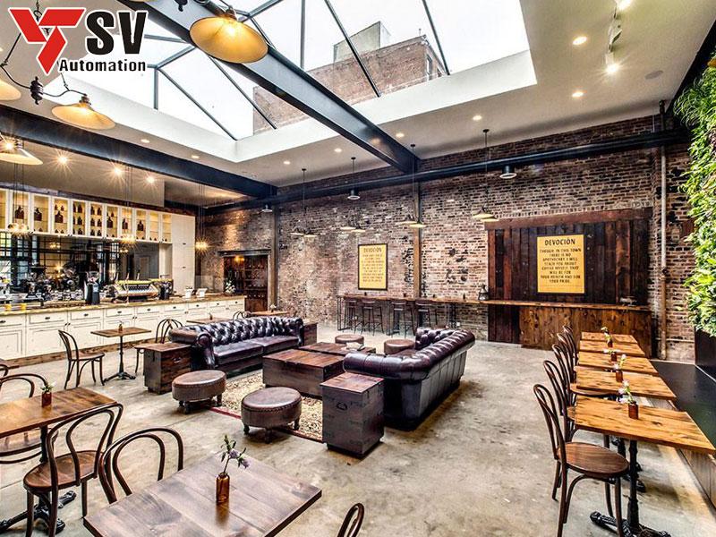 Nhà hàng được xây dựng theo xu hướng nhà thép tiền chế với điểm nổi bật là tấm kính hứng sáng ở vị trí trung tâm