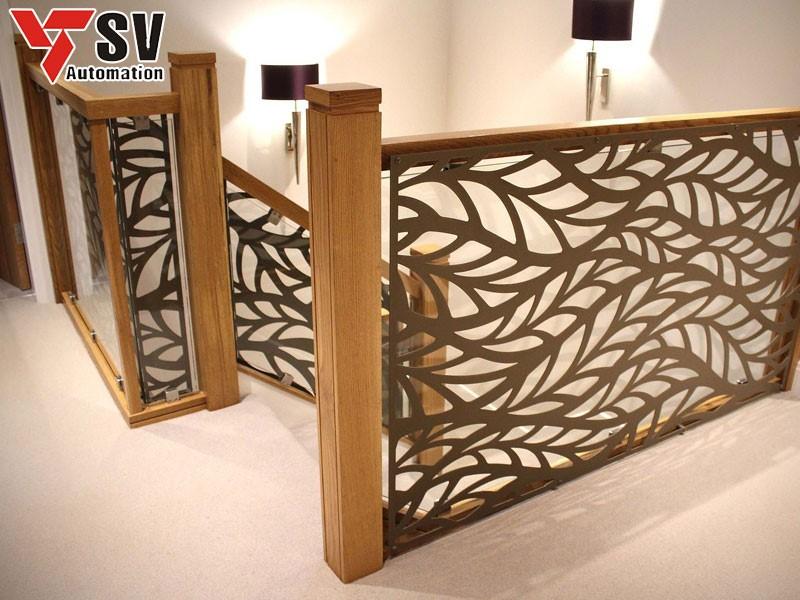 Vách ngăn cầu thang bằng gỗ được cắt Laser bắt mắt giúp căn hộ thêm sang trọng