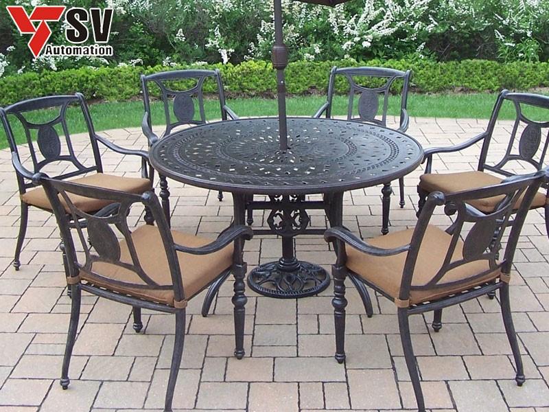 Mẫu bàn ghế ăn được cắt Laser tinh tế làm tăng tính hiện đại cho căn hộ