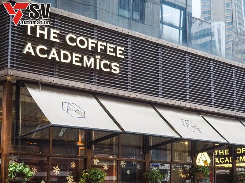 Mẫu biển hiệu quán cà phê tuy đơn giản nhưng lại rất thu hút khi được kết hợp cùng kiến trúc độc đáo của quán