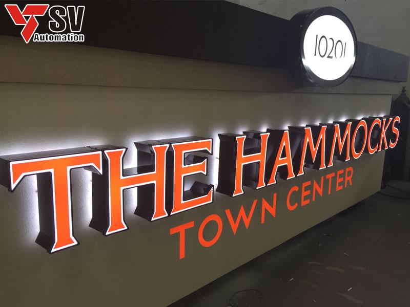 Bảng hiệu chữ nổi 3D màu cam kết hợp viền trắng, với font chữ có chân, phù hợp cho những cửa hàng, trung tâm sang trọng, cổ điển