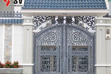 Cửa sắt 3D kim loại được phủ sơn màu xám tro phù hợp với khối kiến trúc hiện đại của ngôi nhà
