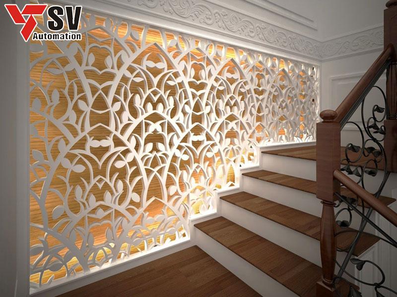 Vách tường được cắt Laser theo hình thù lá cây tinh xảo, tạo điểm nhấn cho không gian