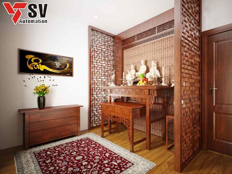 Mẫu vách ngăn phòng thờ có hoa văn và màu sắc phù hợp với các món đồ nội thất của căn phòng
