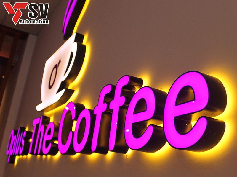Bảng hiệu 3D chữ nổi cho quán cà phê, với màu tím nổi bật kết hợp dùng font chữ tròn không chân, giúp không gian quán của bạn hiện đại và ấn tượng